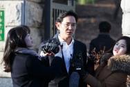 항소심에서 징역 2년6월 집행유예 4년을 선고받은 이재용 삼성전자 부회장이 지난 2018년 2월5일 오후 경기 의왕시 서울구치소에서 석방되며 입장을 밝히고 있다.