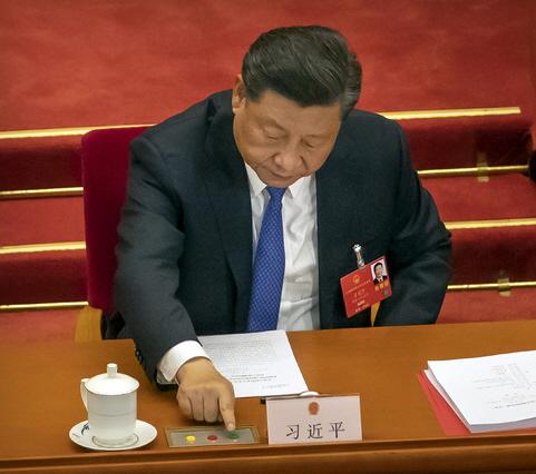 시진핑 중국 국가주석이 지난달 28일 베이징에서 열린 제13기 전국인민대표대회 제3차 전체회의 최종회기에 참석해 홍콩 국가보안법안 의결을 위해 투표하고 있다. 중국 정부는 이날 미국 등 국제사회의 반대와 논란 속에 홍콩 보안법 등을 통과시켰다. ⓒ 뉴시스