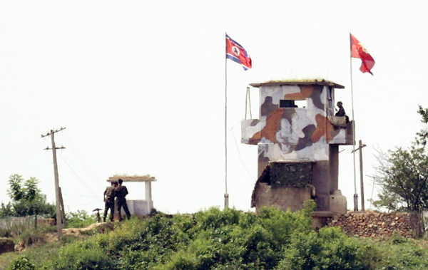 북한이 남북 사이의 모든 통신연락선을 차단하겠다고 밝힌 9일 경기 파주 우리측 초소 인접한 북측 초소에서 북한군이 보수 작업을 하고 있다. 지난 2018년 남북정상회담 당시 남북은 군사분야 합의문을 통해 비무장지대 내 GP철수와 군사적 신뢰구축을 합의했지만, 이제는 휴지조각이 될 것으로 보인다. 한편 북한은 이번 사태 원인으로 '대북 전단' 핑계를 댔지만, 전문가들은