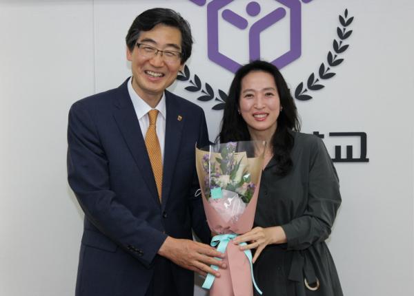 근속상 시상자로 나선 연규홍 총장(좌)도 올해로 근속 20년을 맞았다. 근속 30년 상을 받은 김성미 대학원 교학팀장(우)이 대표로 꽃다발을 전달했다.