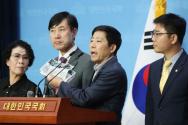 미래통합당 하태경 의원, 지성호 의원, 박상학 자유북한운동연합 대표 등 참석자들이 8일 오후 서울 여의도 국회 소통관에서 대북전단 및 북한인권 관련 입장 발표 기자회견을 하고 있다.