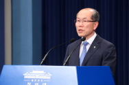 김유근 NSC 사무처장이 11일 청와대 춘추관 대브리핑실에서 대북 전단 및 물품 살포 관련 브리핑을 하고 있다.