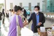장순흥 총장이 학생들에게 야식을 나눠주며 격려하고 있다.