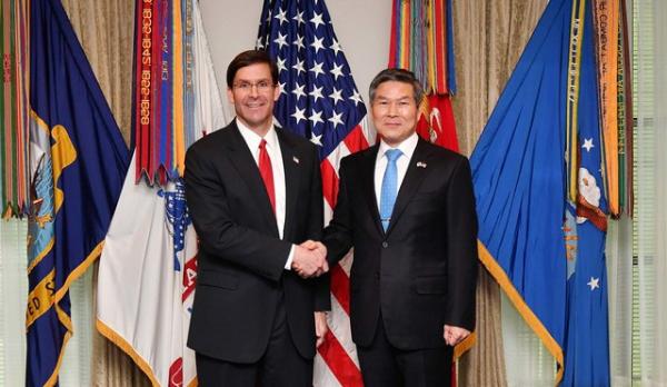 정경두 국방부 장관과 마크 에스퍼 미 국방장관이 24일(현지시간) 미국 워싱턴 D.C.에서 한미 국방장관회담에 앞서 악수하고 있다.