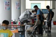 26일 신종 코로나바이러스 감염증(코로나19) 확진자가 발생한 서울 관악구 왕성교회에 설치된 임시 선별진료소에서 신도들이 검체 채취를 받고 있다.