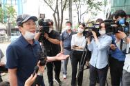 자유북한운동연합 박상학 대표가 기자들의 질문에 답하고 있다.