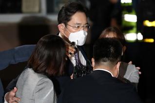 불법 경영승계 혐의 등을 받는 이재용 삼성전자 부회장이 지난 9일 오전 구속영장이 기각되자 경기 의왕시 서울구치소를 나서고 있다.