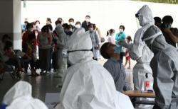 지난 26일 신종 코로나바이러스 감염증(코로나19) 확진자가 발생한 서울 관악구 왕성교회에 설치된 임시 선별진료소에서 신도들이 검체 채취를 받고 있다.