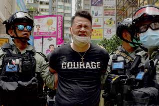 1일 홍콩 도심에서 경찰들이 한 시위자를 연행하고 있다. 홍콩보안법이 이날부터 본격 시행된 가운데 이 법을 근거로 한 첫 번째 체포 사례가 나왔다.
