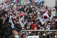 과거 서울 광화문광장에서 열린 정부 규탄 집회. 시민들이 마스크를 쓴 채 집회에 참여하고 있다. ⓒ 뉴시스
