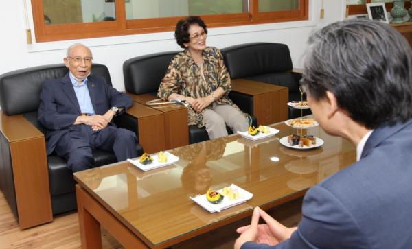 연규홍 총장과 환담을 나누는 사진