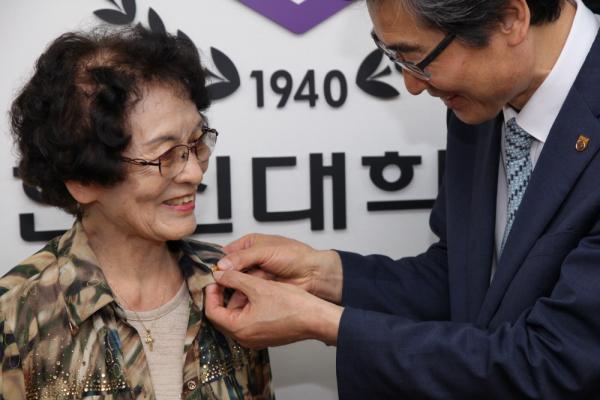연규홍 총장이 한신대 뱃지를 달아주는 사진