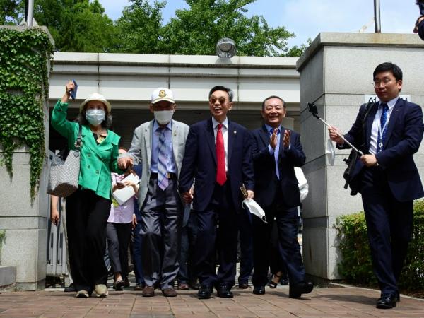 승소 후 이야기를 나누며 기자회견장으로 들어서는 국군포로, 박선영 물망초 이사장, 김현 변호사, 구충서 변호사.
