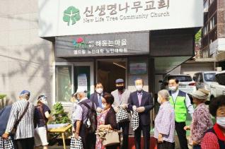 (오른쪽부터) 신생명나무교회 앞에 서있는 장헌일 목사,김상복 목사,김영진 장로,김철영 목사가 밥퍼 사역에 나섰다.