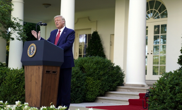 도널드 트럼프 미국 대통령이 14일(현지시간) 워싱턴 백악관의 로즈가든에서 기자회견을 열어 홍콩에 대한 특별지위 박탈 행정명령과 중국 관리 제재 법안에 서명했다고 밝히고 있다