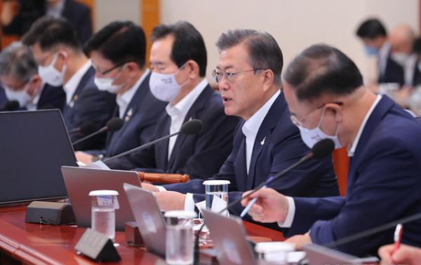 문재인 대통령이 21일 청와대에서 열린 국무회의에 참석해 발언하고 있다. ⓒ 뉴시스