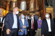 메흐메트 누리 에르소이(왼쪽) 터키 문화관광부 장관과 관리들이 11일(현지시간) 터키 이스탄불의 관광 명소 성 소피아 박물관을 방문하고 있다. 터키 고등법원이 10일 소피아 박물관에 대해 박물관 지위를 박탈하는 판결을 내리자 레제프 타이이프 에르도안 터키 대통령은 바로 성 소피아를 모스크로 개조하라는 행정명령에 서명했다. 이로써 성 소피아는 대성당-모스크-박물관을 거쳐 다시 모스크로 지위가 바뀌게 된다.
