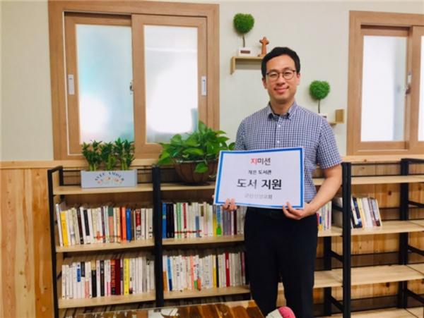지미션 대표 박충관 목사가 군산신양교회 작은도서관에 도서지원을 하고 있다.