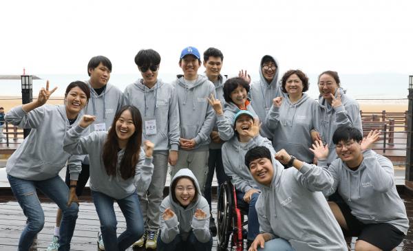 외국인에게 전화로 한국어를 가르치는 사회적기업 '코리안앳유어도어' 소속 장애인 한국어 교원들과 임직원