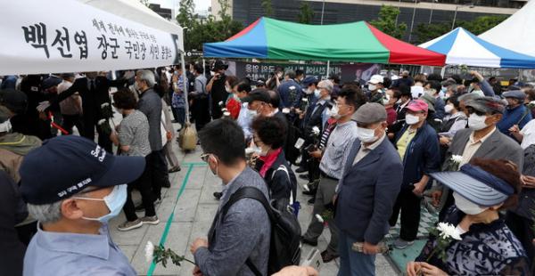 고 백선엽 예비역육군대장의 영결식을 하루 앞둔 지난 14일 오후 서울 종로구 광화문광장에 마련된 시민분향소에 조문객이 붐비던 모습. ⓒ 뉴시스