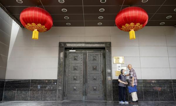 미국 텍사스주 휴스턴 중국 총영사관 앞에서 22일(현지시간) 사람들이 서있다. 지난 21일 미국 정부는 총영사관에 24일까지 폐쇄하라고 명령을 내렸다.