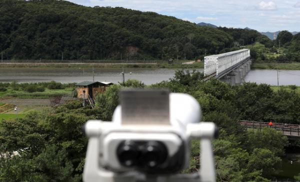 신종 코로나바이러스 감염증(코로나19)에 걸린 탈북민이 최근 개성으로 재입북했다는 북한 측 주장에 대해 청와대는 26일 오전