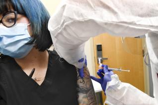 27일(현지시간) 뉴욕 하퍼스빌에서 임상실험 참여자가 미국 제약사 모더나의 신종 코로나바이러스 감염증(코로나19) 백신 후보 물질을 투여받고 있다. 미국 89개 도시에서 3만명을 대상으로 진행하는 모더나의 이번 시험은 세계에서 가장 큰 규모의 코로나19 백신 임상시험이다.