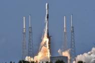 우리 군의 독자 통신위성 아나시스(ANASIS) 2호가 20일(현지시간) 미 플로리다주 케이프 커내버럴(Cape Canaveral) 공군기지 케네디 우주센터에서 스페이스 X 팰컨-9 발사체에 실려 발사되고 있다. 우리 군은 이로써 세계에서 10번째로 전용 군사위성을 확보한 국가가 됐다.