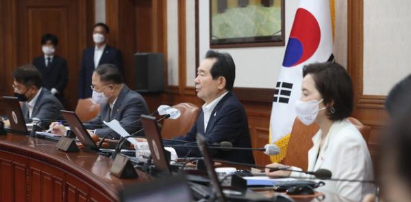 정세균 국무총리가 28일 서울 종로구 정부서울청사에서 열린 국무회의에 참석해 발언하고 있다.