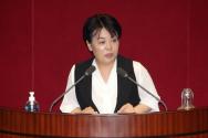 윤희숙 미래통합당 의원이 30일 오후 서울 여의도 국회에서 열린 본회의에서 발언하고 있다.
