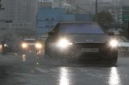 중부지방을 중심으로 국지성 호우가 계속되는 가운데 2일 서울 문래동 사거리에서 갑작스런 폭우가 쏟아지고 있다.