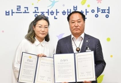정동균 양평군수(오른쪽)와 양평대안학교연합회 송미경 회장.