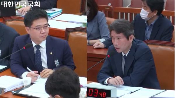 지성호 미래통합당 의원(왼쪽)이 이인영 통일부 장관(오른쪽)에게 질의하고 있다.
