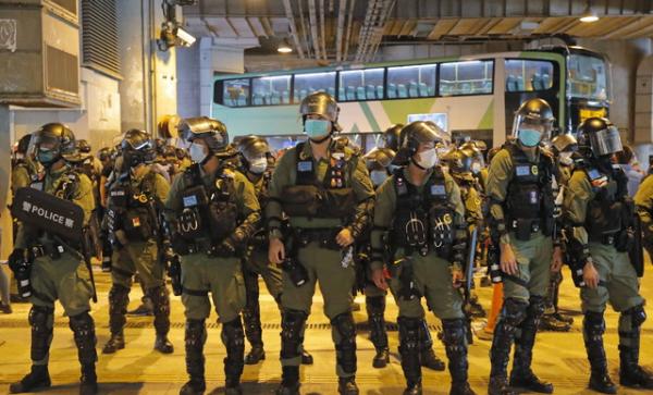 홍콩 경찰이 21일 저녁 위안랑 전철역 인근에서 경계를 강화하고 있다. 위안랑 백색테러 1년을 맞은 21일 위안랑 전철역 인근에서 규탄 집회가 열린 가운데 경찰이 96명을 무더기로 체포했다. 2020.07.22