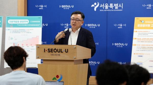 김성보 서울시 주택건축본부장이 4일 서울시청 브리핑룸에서 서울 주택공급 확대방안 관련 브리핑을 하고 있다.