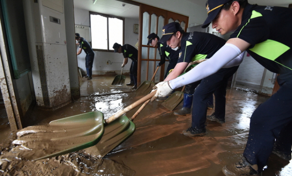 4일 오후 집중호우로 침수 피해를 입은 경기 이천시 율면 산양1리 마을회관에서 경기남부청 소속 경찰들이 복구작업을 하고 있다.