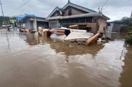 5일 강원도 철원군 김화읍 생창리 일대에 폭우가 내리며 주택이 침수되자 주민들이 떠내려 가는 가재도구 등이 떠내려 가고 있다.