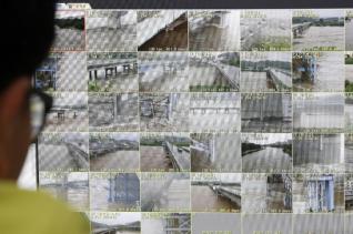 집중호우로 팔당댐과 소양강댐 방류량이 늘면서 한강의 수위가 높아지고 있는 6일 오전 서울 서초구 한강홍수통제소 홍수통제상황실에서 직원들이 분주히 업무를 보고 있다. 2020.08.06. bjko@newsis.com