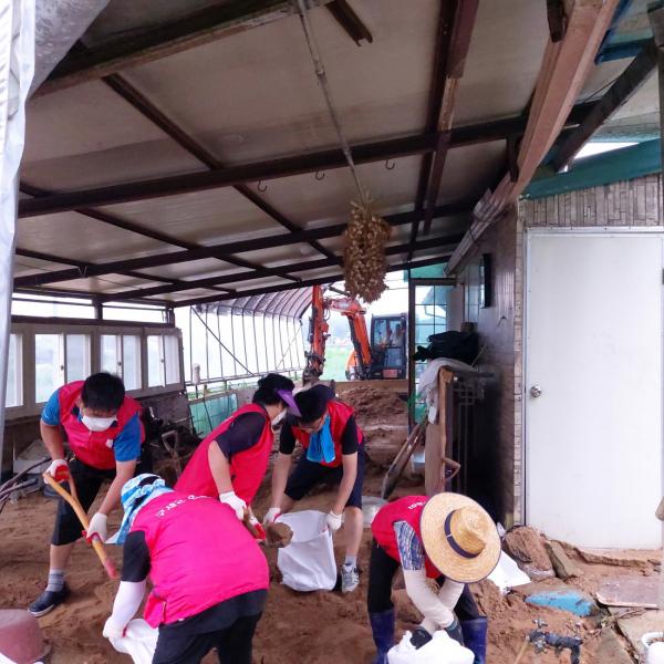 구세군이 안성 지역에서 수해를 입은 가정에 복구 지원을 벌이고 있다.
