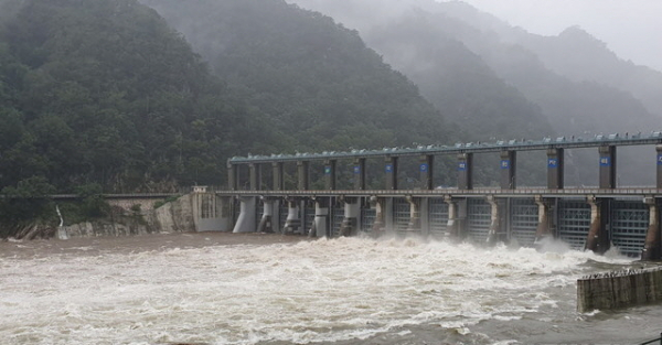 강원 영서지역에 호우특보가 발효된 3일 오전 강원 의암댐이 오전 9시 10분부터 수문 6개를 25m 높이로 열고 초당 3357t의 물을 방류하고 있다.