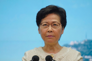 """지난 7일 캐리 람 홍콩 행정장관은 기자회견에서 발언하고 있다. 람 장관은 """"홍콩보안법은 엄격하지 않고 관대한 법""""이라고 밝혔다."""