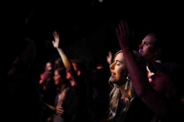 찬양하고 있는 미국의 기독교 청년들.