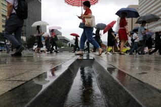 장맛비가 49일째 이어지고 있는 11일 서울 종로구 광화문광장에서 시민들이 우산을 쓰고 출근하고 있다.