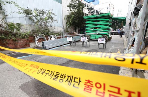 신종 코로나바이러스 감염증(코로나19) 확진자가 발생한 서울 성북구 사랑제일교회가 14일 오후 폐쇄되어 있다.