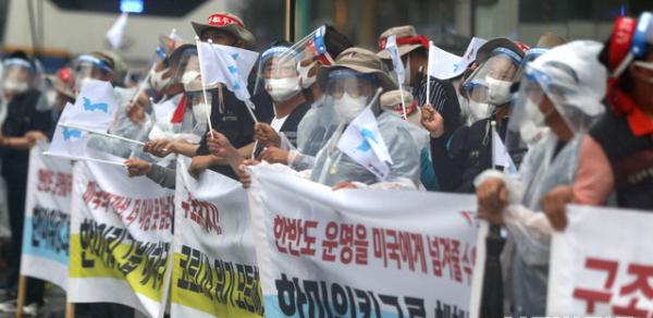 전국민주노동조합총연맹 노조원들이 15일 오후 서울 종로구 보신각에서 ' 8·15 노동자대회 성사 선포 기자회견'을 열고 한미워킹그룹해체, 한미연합군사훈련중단, 남북합의이행 등을 촉구하는 집회를 하고 있다.