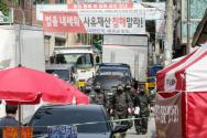성북구 장위2동 주민센터 방역 관계자들이 20일 오전 서울 성북구 사랑제일교회에서 방역을 마친 후 나오고 있다.