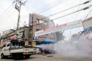 성북구 보건소 방역 관계자들이 20일 오전 서울 성북구 사랑제일교회 앞 도로에서 방역을 하고 있다.