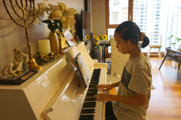 [힘내라 한국교회] 딸 심에스더 양이 피아노 찬양 반주를 하고 있다.