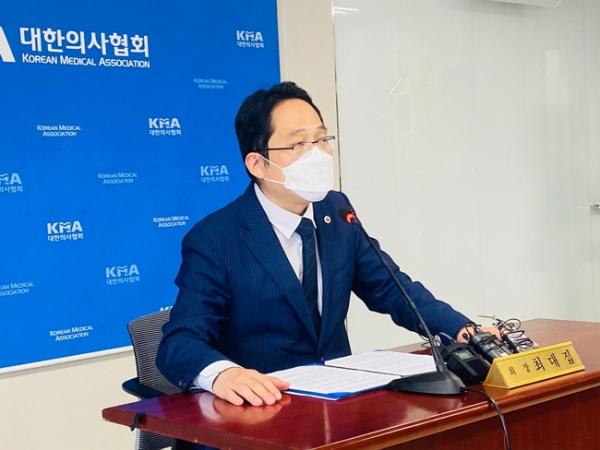 최대집 대한의사협회 회장이 지난 21일 오후 서울 용산구 의협 용산임시회관에서 대국민 담화문 발표를 위한 긴급 기자회견을 하던 모습. ⓒ 대한의사협회