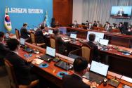 문재인 대통령이 24일 오후 청와대 여민관에서 열린 수석 보좌관회의를 주재하고 있다. 이날 회의에는 코로나19 예방을 위한 유리 칸막이가 설치됐다.